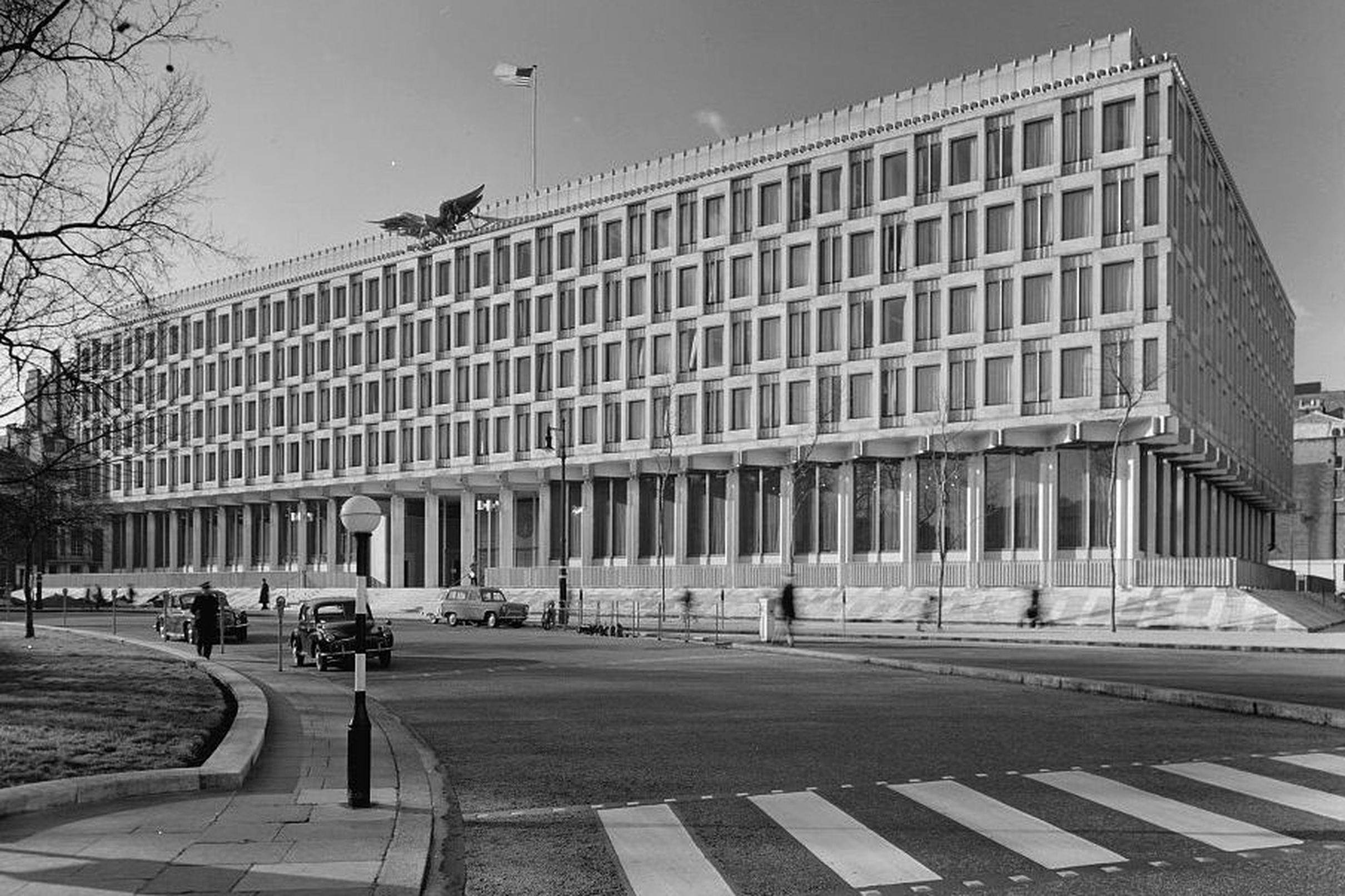 Step Inside An Eero Saarinen Designed U S Embassy In London Curbed Brutalist Architecture Eero Saarinen Architecture London Interior