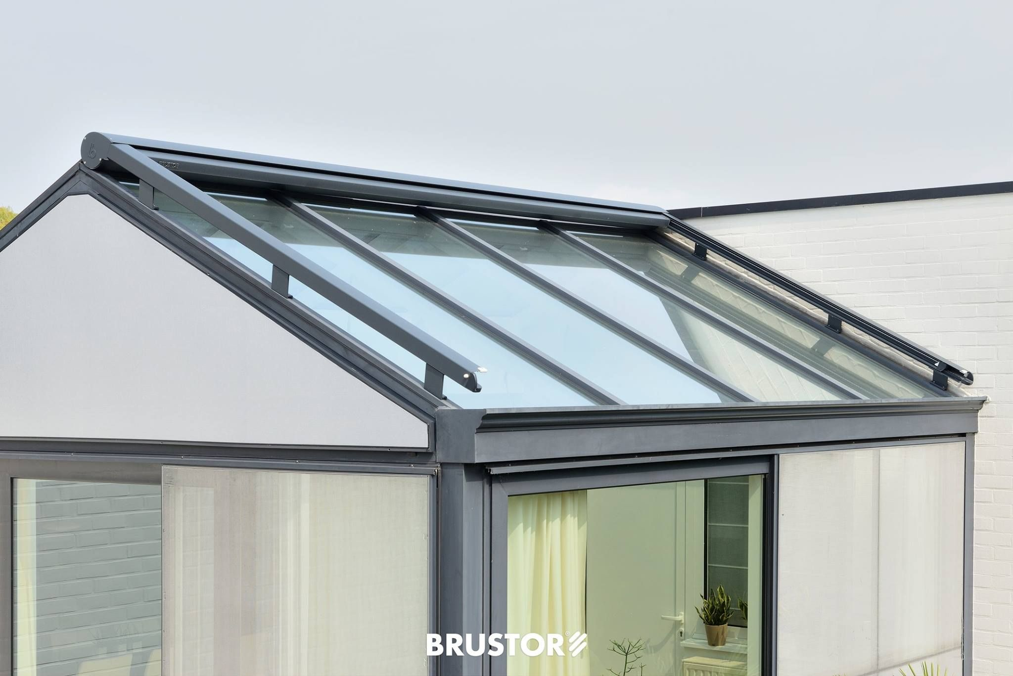 Brustor Serre Zonwering The B126 Is A Motorized Awning With Lateral Guides For