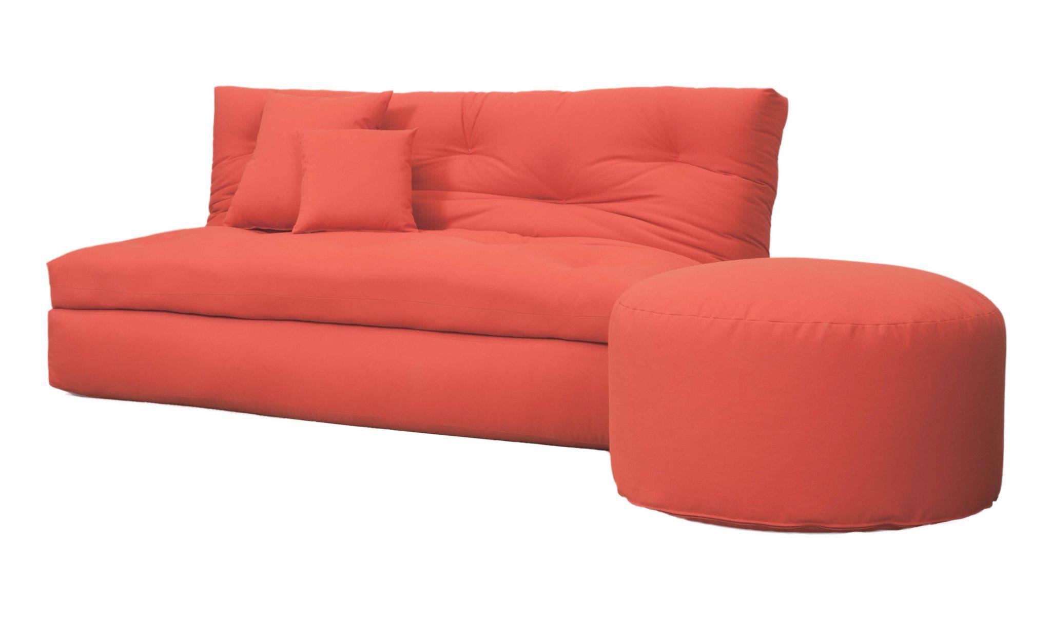 Sensu un confortable sofá una cama matrimonial y una individual