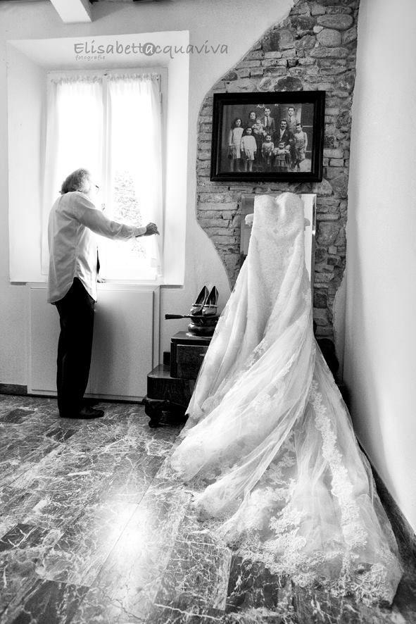 Tutto è ormai pronto, manca poco e l'abito aspetta di essere indossato...il padre della sposa controlla premuroso il tempo..!  (progetto scattiamolo strano!)