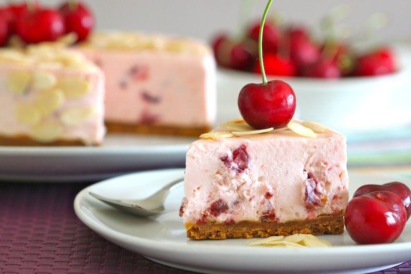Tarta de queso con cerezas en almíbar: http://tarta-de-queso-con-cerezas-en-almibar-y-speculoos.recetascomidas.com/ #tarta #queso #cerezas #cake #cheesecake #cherry #receta #recipe