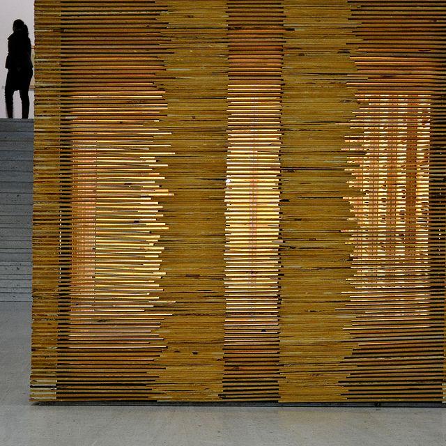 Un muro di legno translucido per la vostra camera da letto nella casa di Roma. Che ne pensate? www.arrediemobili.com