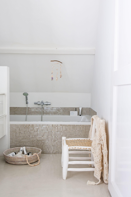 Wit is een mooie basiskleur in de badkamer. Zo creëer je ruimte en ...