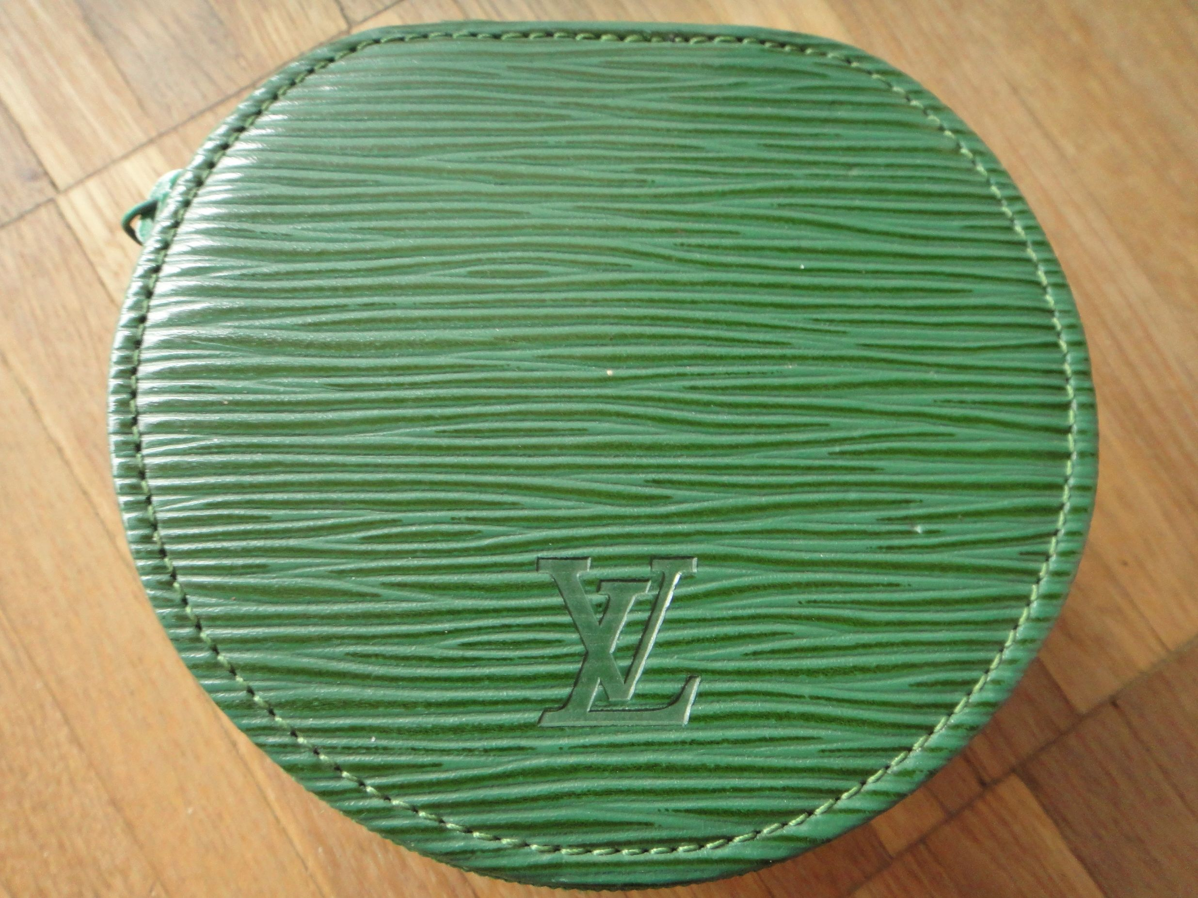 LV Ecrin Bijoux - medium sized Epi jewelry box in borneo green :-)
