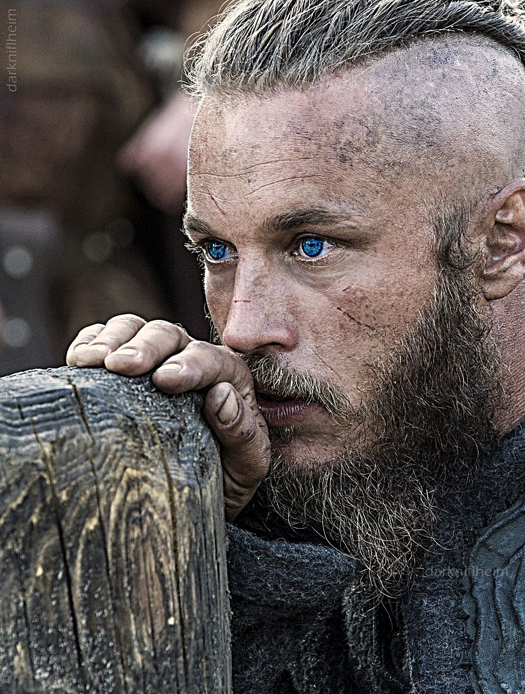 Ragnar Lothbrok With Images Vikings Ragnar Travis Fimmel