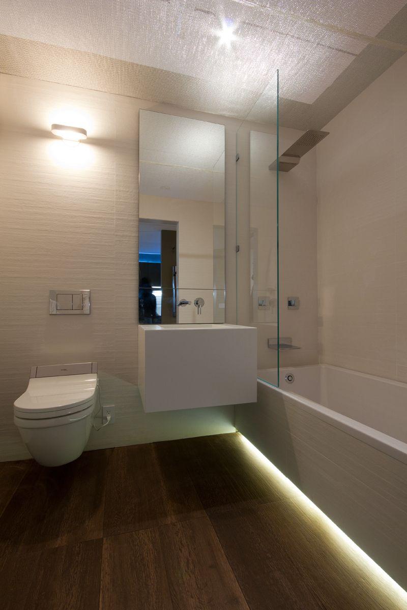 led verlichting onder bad en mooie scheiding bad en wastafel