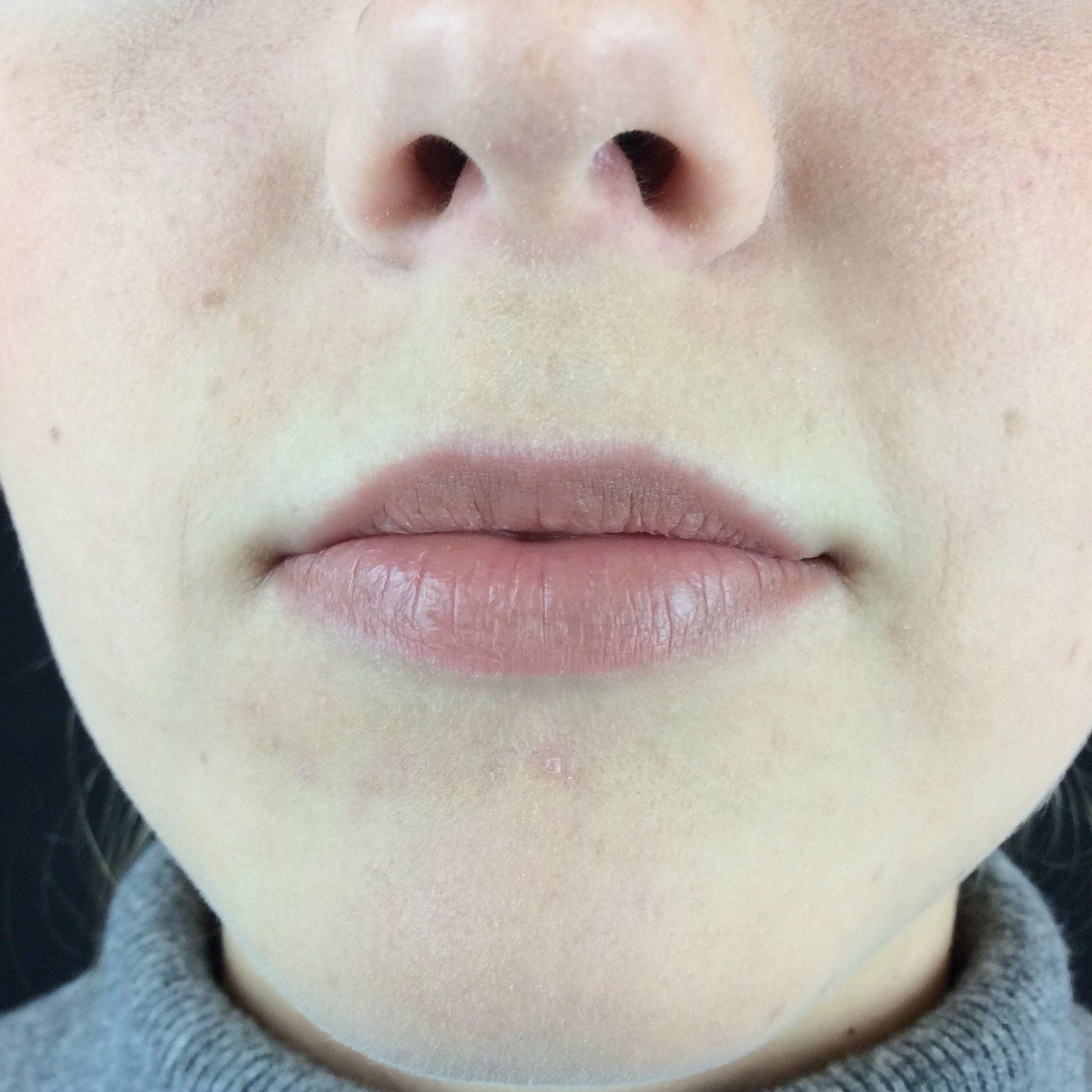 Jag valde att göra nude läppar som går åt det bruna hållet. Anledningen till det är för att jag ville att fokuset skulle vara på ögonen. Emma har normala till små läppar vilket jag inte framhävde och jag korrigerade inte dom. Jag ser nu efteråt att vissa delar av läppen inte är ifyllda vilket jag inte såg i verkligheten.