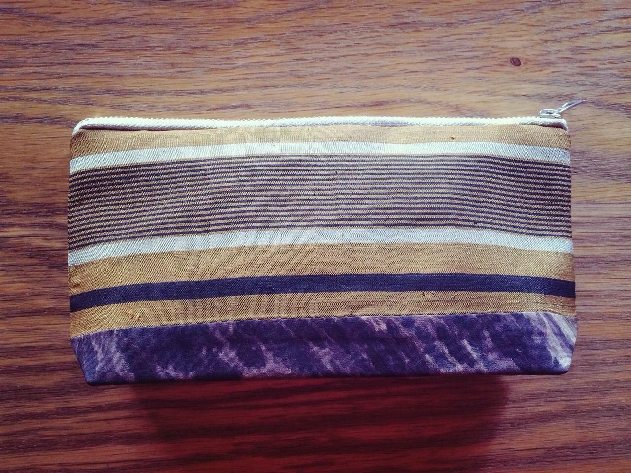 渋めの縞文様と山水画の八掛を組み合わせたシックなポーチ裏布は芥子色で表とのコントラストが楽しいですペンケースにも使えますNet shop Price全体約110mm×205mm襠(マチ)400mm洗濯不可リサイクル着物で製作しています経年劣化、保管時のヤケやシミ等がある場合がございます洗濯済みですが気になる方はご遠慮ください