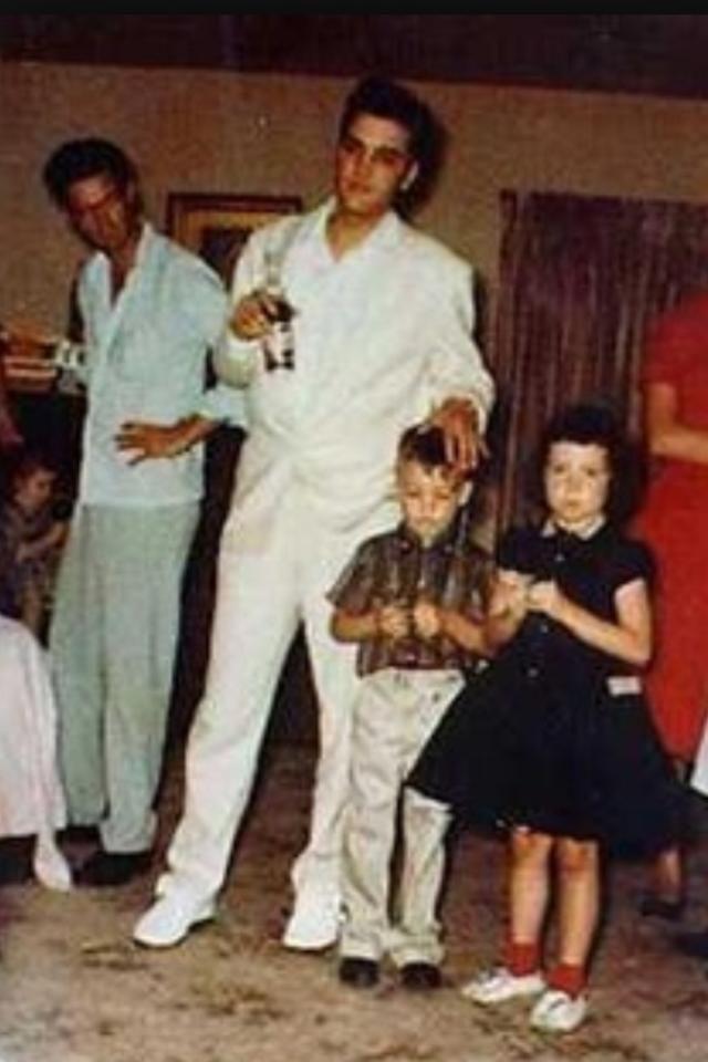 Elvis at Eddie Fadal's home 1958 | Elvis presley, Elvis presley born, Young elvis