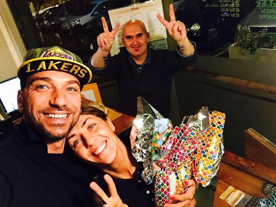 #CostantinoVitagliano Costantino Vitagliano: Buona cena a tutti da @pes_sound_e_street_food ✌️ #buonacena #pessoundestreetfood #santarcangelodiromagna #dinner #friend #sister #love #smile #happiness #selfie #costantino #siviveunavoltasola