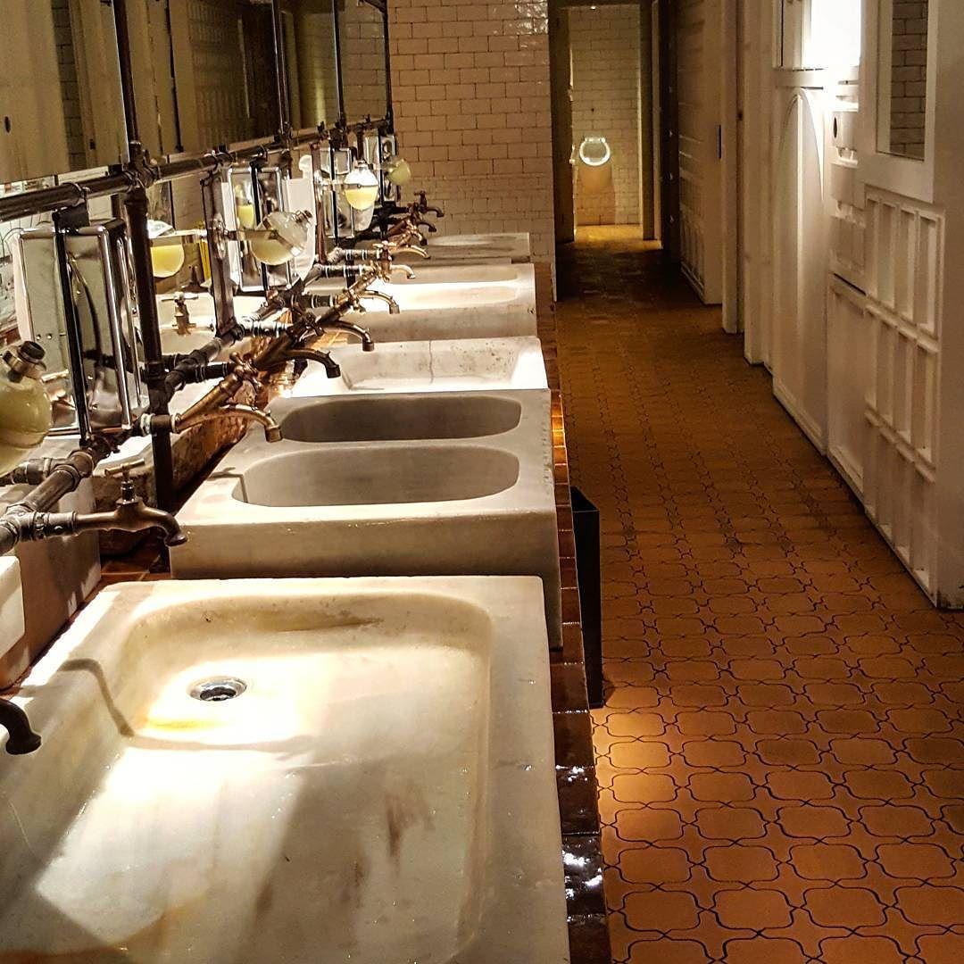 Lavabos con urinario al fondo cuarto de ba o unisex de for Lavabos para restaurantes