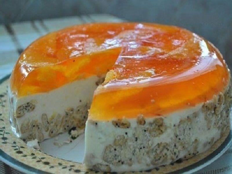 Postup: 600g kyslej smotany 250g sušienok 20g želatíny 1 balíček oranžovej želatíny 3 pomaranče 130g cukru 1 balíček vanilkového cukru Potrebujeme: Želatínu si zalejeme horúcou vodou anecháme, nech zväčší svoj objem. Necháme vychladnúť. Nadrobíme si sušienky na menšie kúsky. Pomaranče očistíme atakisto nakrájame na kocky, alebo na mesiačiky. Odložíme nabok. Vmise zatiaľ zmiešame kyslú smotanu,