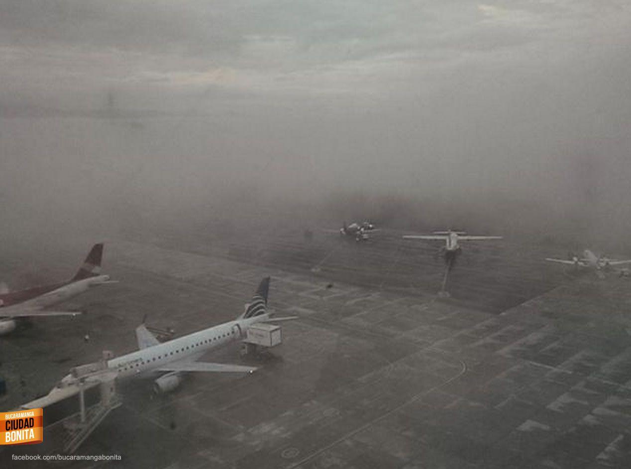 El Aeropuerto Palonegro de Bucaramanga en un día lluvioso. Gracias @luis_puentes por compartir esta foto #climaBUC