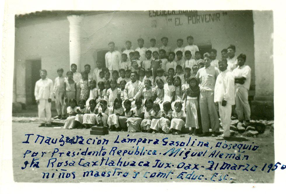 Inauguración (de la) lámpara gasolina, obsequio por (el) Presidente (de la) República. Barrio de Santo Domingo, Juxtlahuaca