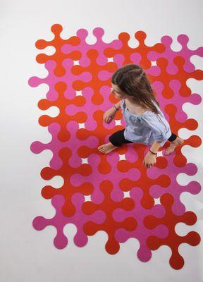 Scopri Tappeto Molécules -12 pezzi - 3 colori, Grigio antracite, fucsia, grigio di La Corbeille, Made In Design Italia