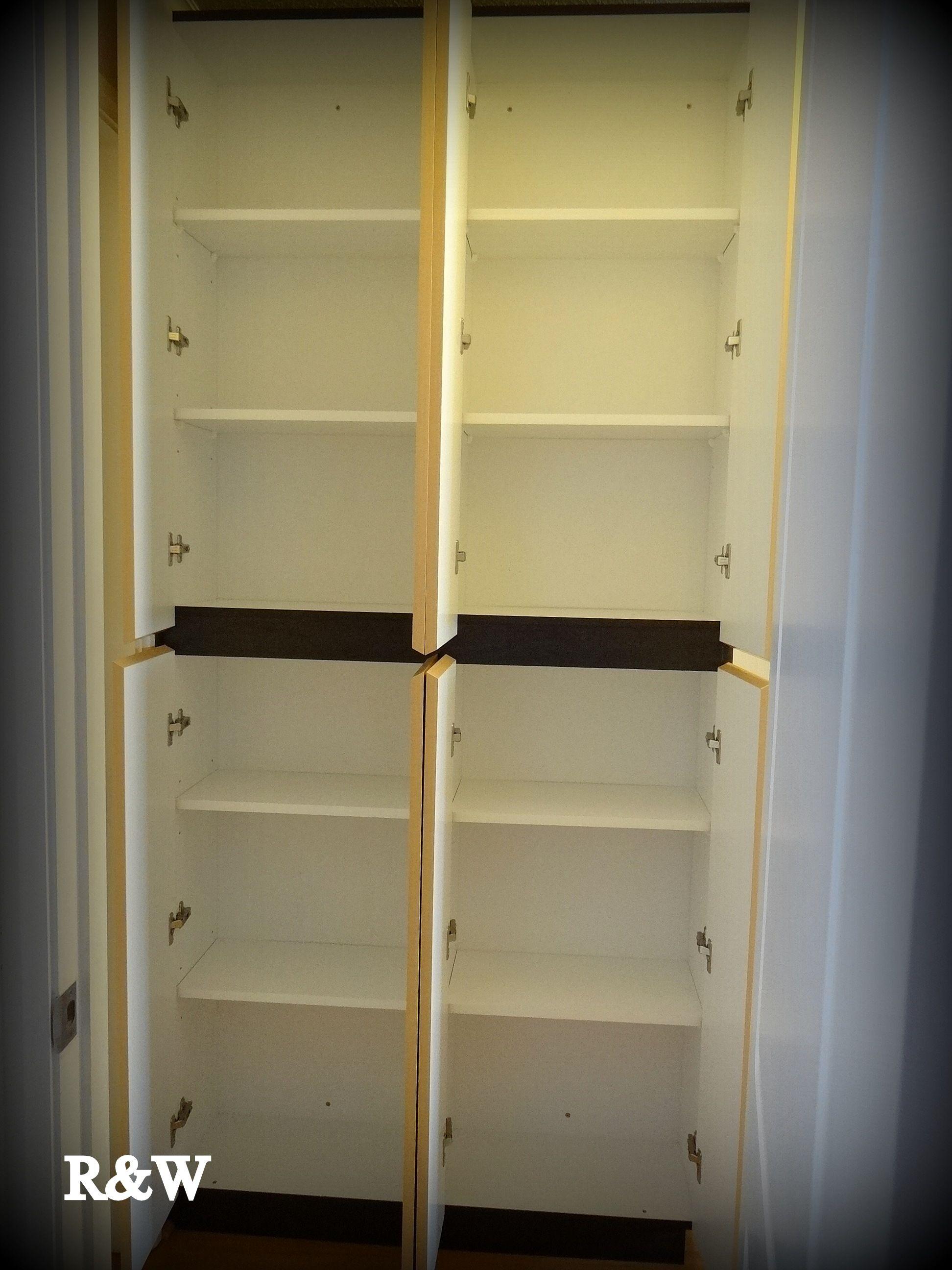 Mueble closet enchapado muy angosto para el guardado de - Mueble para toallas ...
