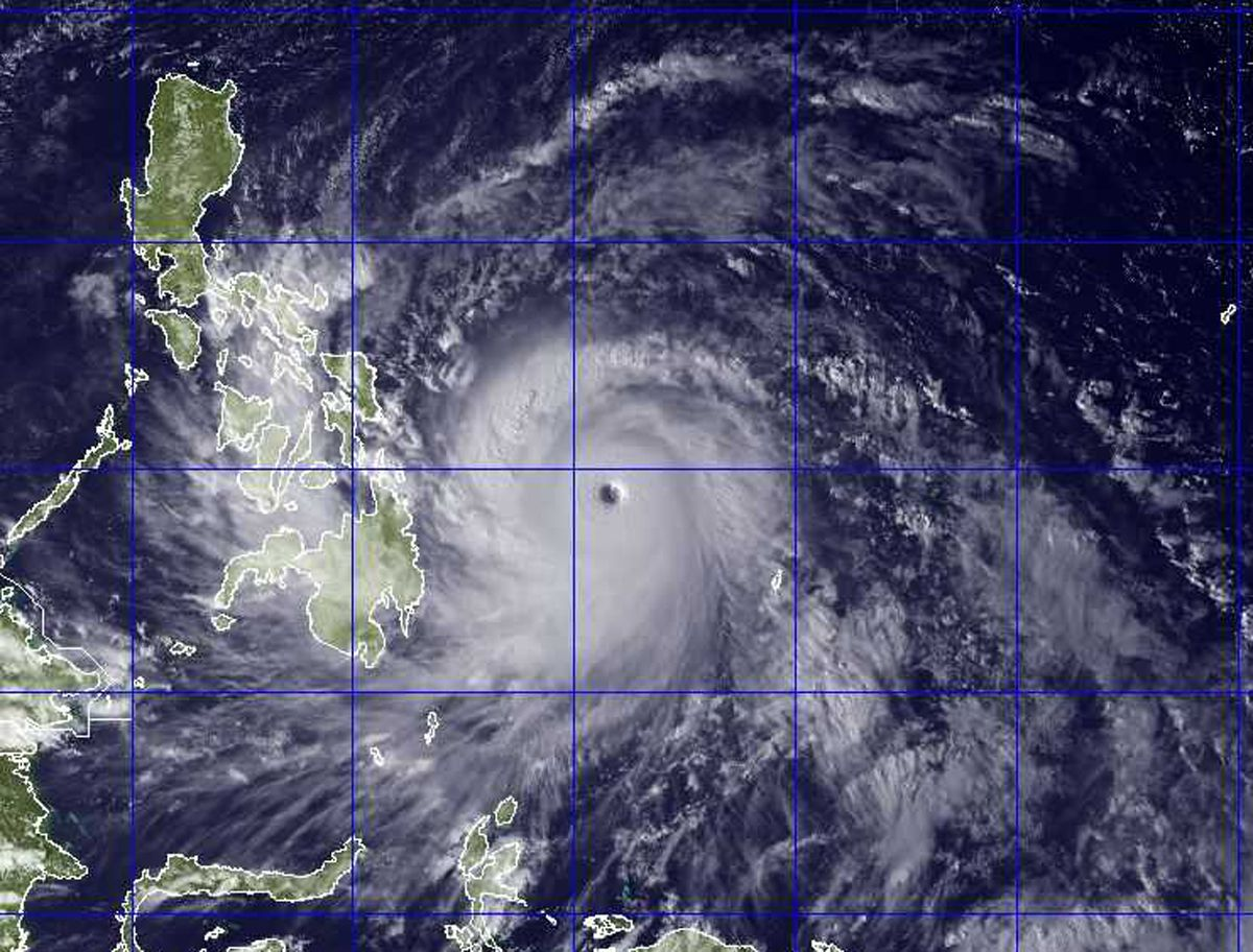 Philippines Typhoon Year S Strongest Storm Haiyan Turns Deadly Philippines Weather Hurricane Hurricane Season