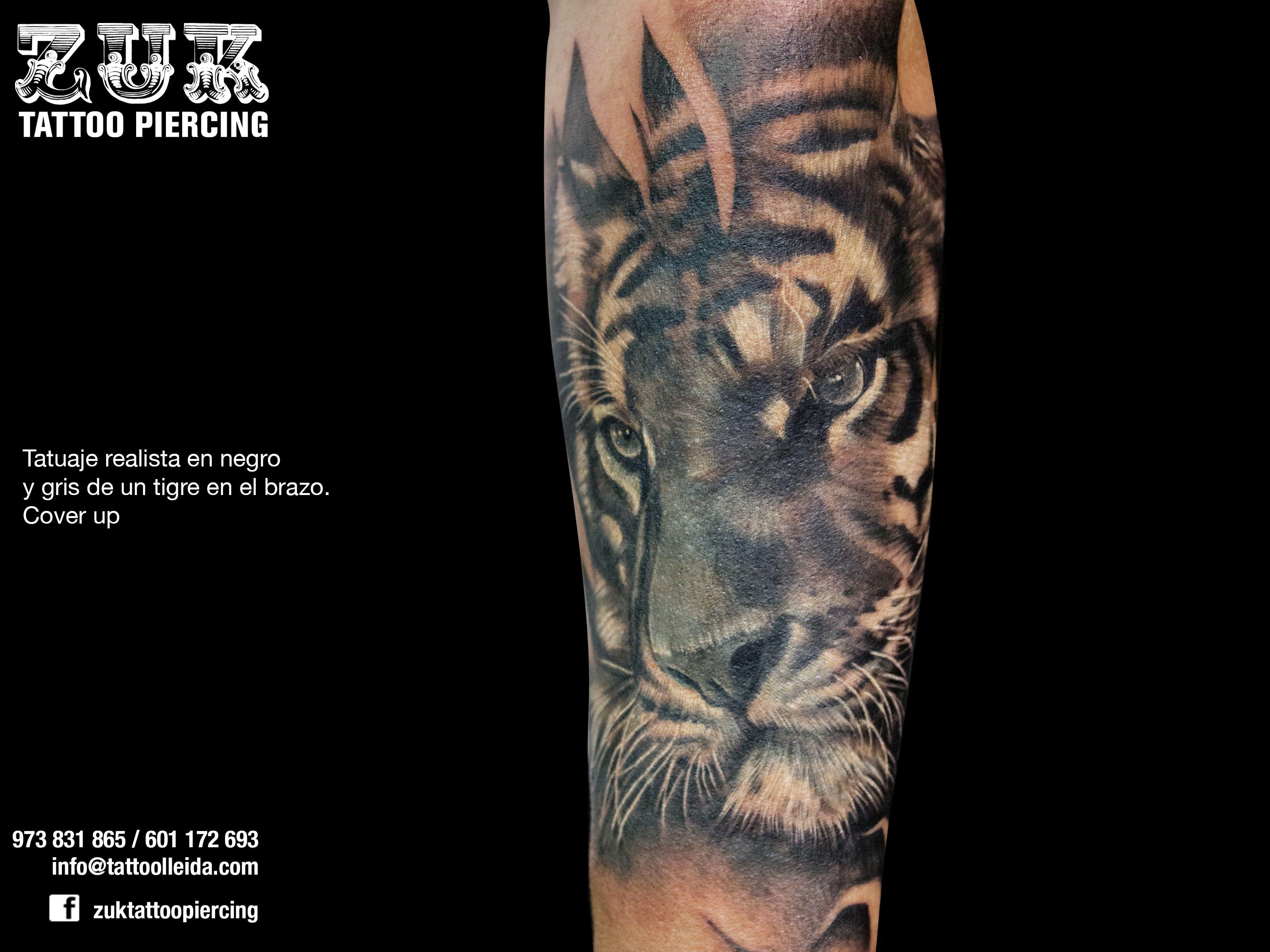 Tatuaje Realista En Negro Y Gris De Un Tigre En El Brazo Cover Up