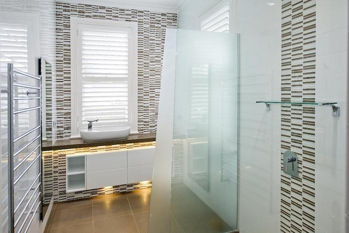 badezimmergestaltung in weiß und braun, badezimmerbeleuchtung