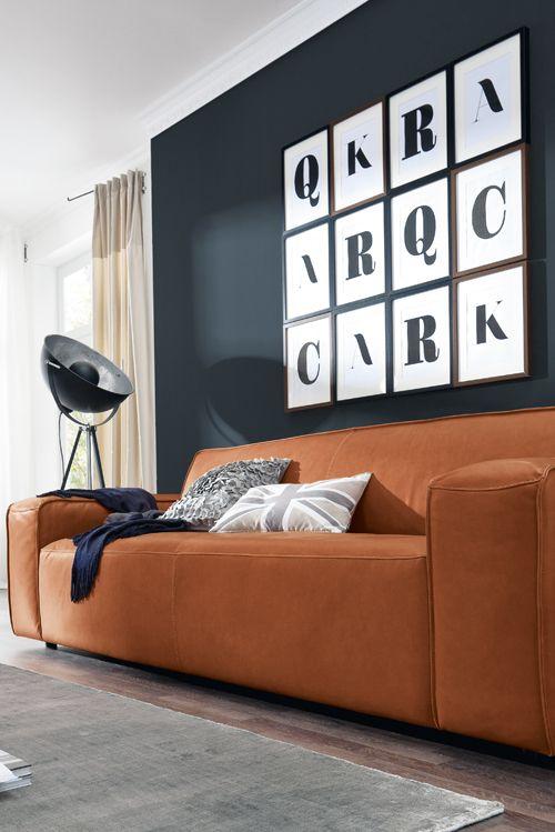 Glattes Leder in Cognac, klare Formen und gemütlicher Komfort - gemütliches sofa wohnzimmer