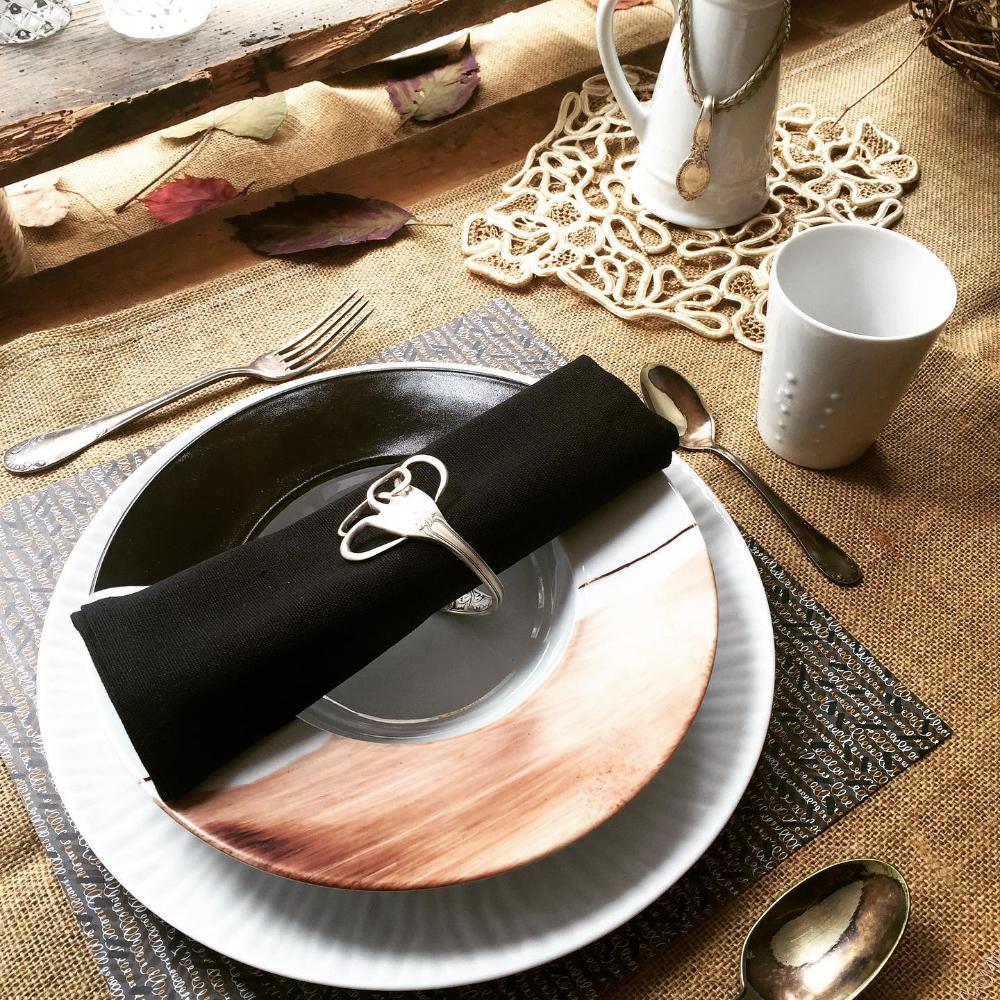 Tabling Inspirations Perle De Kaolin En 2020 Table D Automne Fait Maison Peinture Sur Porcelaine