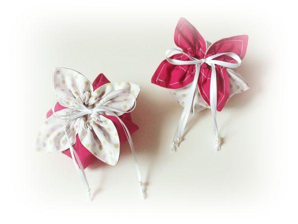 Kostenlose Nähanleitung für ein Blumenbeutelchen, handtellergroß ideal als kleines Mitbringsel oder Geschenk zum Muttertag! Material  2 unterschiedliche Baumwollstoffe (je ca. 26 x 26 cm) Satinband oder dünne Kordel (2 x 1 m) nach Belieben passende Pe