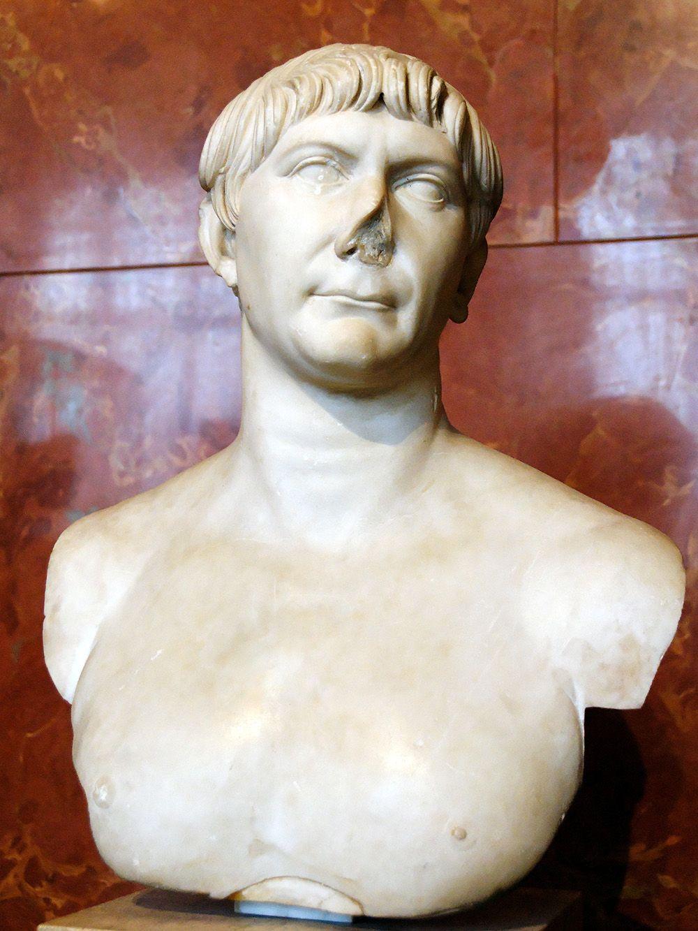 """Esposto al Louvre, col marmo bianco che risalta su sfondo di porfido, nitido come fosse neoclassico, un ritratto dell'imperatore Traiano del 100 circa a.D.: l'""""optimus princeps"""", calmo e affidabile ma non certo privo di maestà, sembra promettere conquiste e prosperità"""