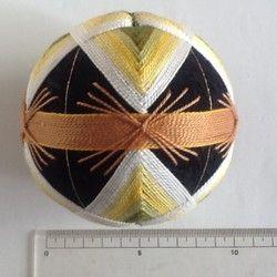 手まり 白梅です。白から緑のグラデーションで高貴な白梅を表現しました。出産祝いや、お雛様の飾り、結婚祝い等の贈り物や、 日本的な工芸品として、海外へのおみやげや贈り物にもどうぞ。 もちろん、インテリアとして飾るのも結構です。 使用糸は5番刺繍糸、 土台から全て手作りです。(発砲スチロールは使用していません) 大きさは直径約9㎝、重量約80gです。