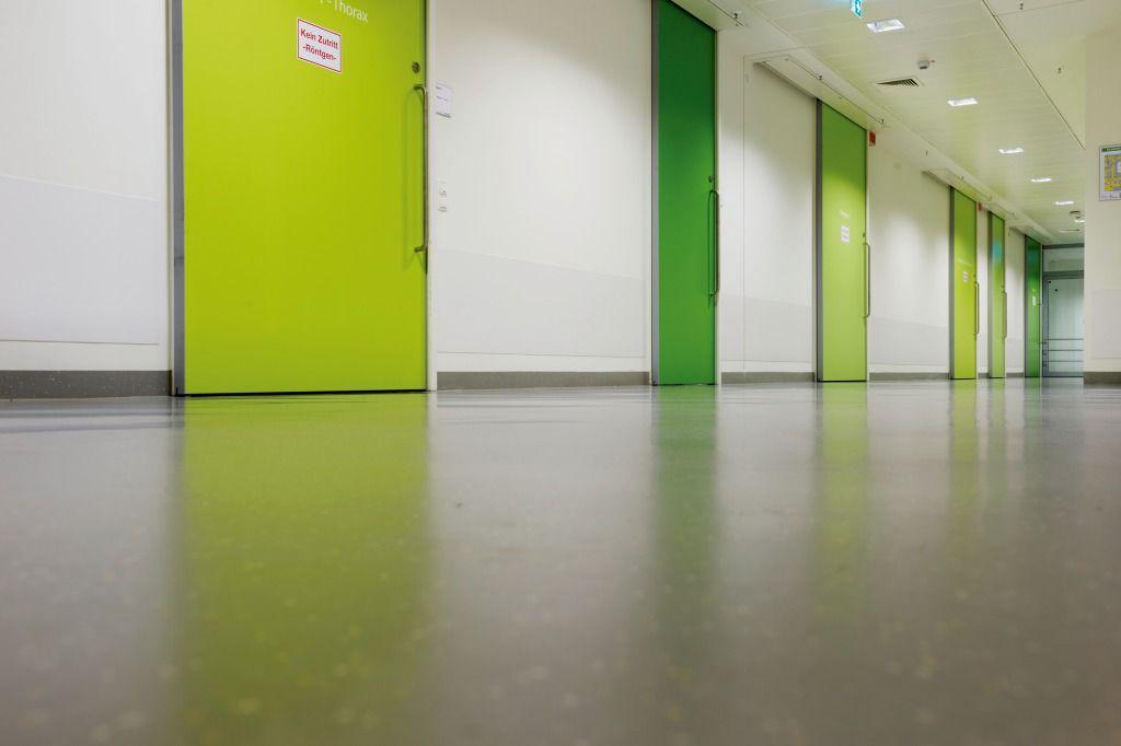 Não somos pisos vinílicos, somos pisos de borracha. Os pisos Nora são 100% de borracha, baseados em qualidade e sustentabilidade com mais de 300 variações de cores e design, totalmente ergonômico, certificação LEED, resistente a manchas, ao grande tráfego comercial e voltado para diversas aplicações.
