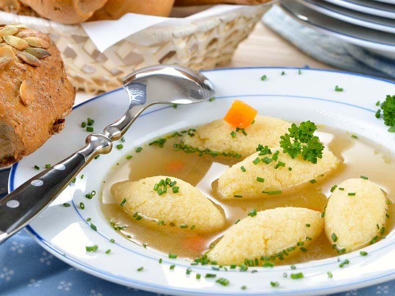 Vegane Griessnockerlnsuppe  Es geht nichts über eine Grießnockerlsuppe (Grießklößchensuppe) mit selbstgemachter Brühe.  http://einfach-schnell-gesund-vegan.de/griessnockerlnsuppe/