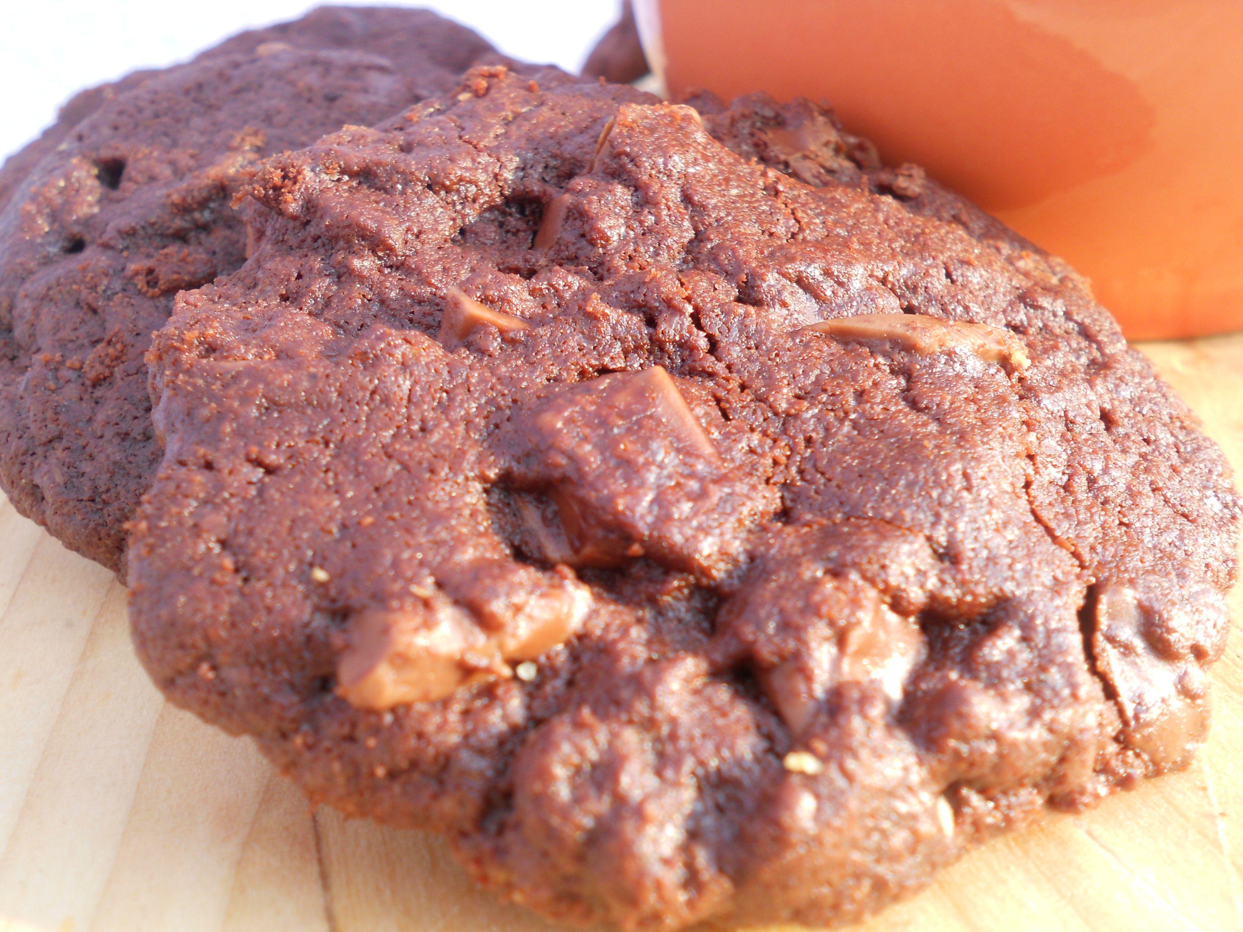 Chocolate Cookies. Questi biscotti al cioccolato, grandi e golosissimi sono tipici della cucina americana.