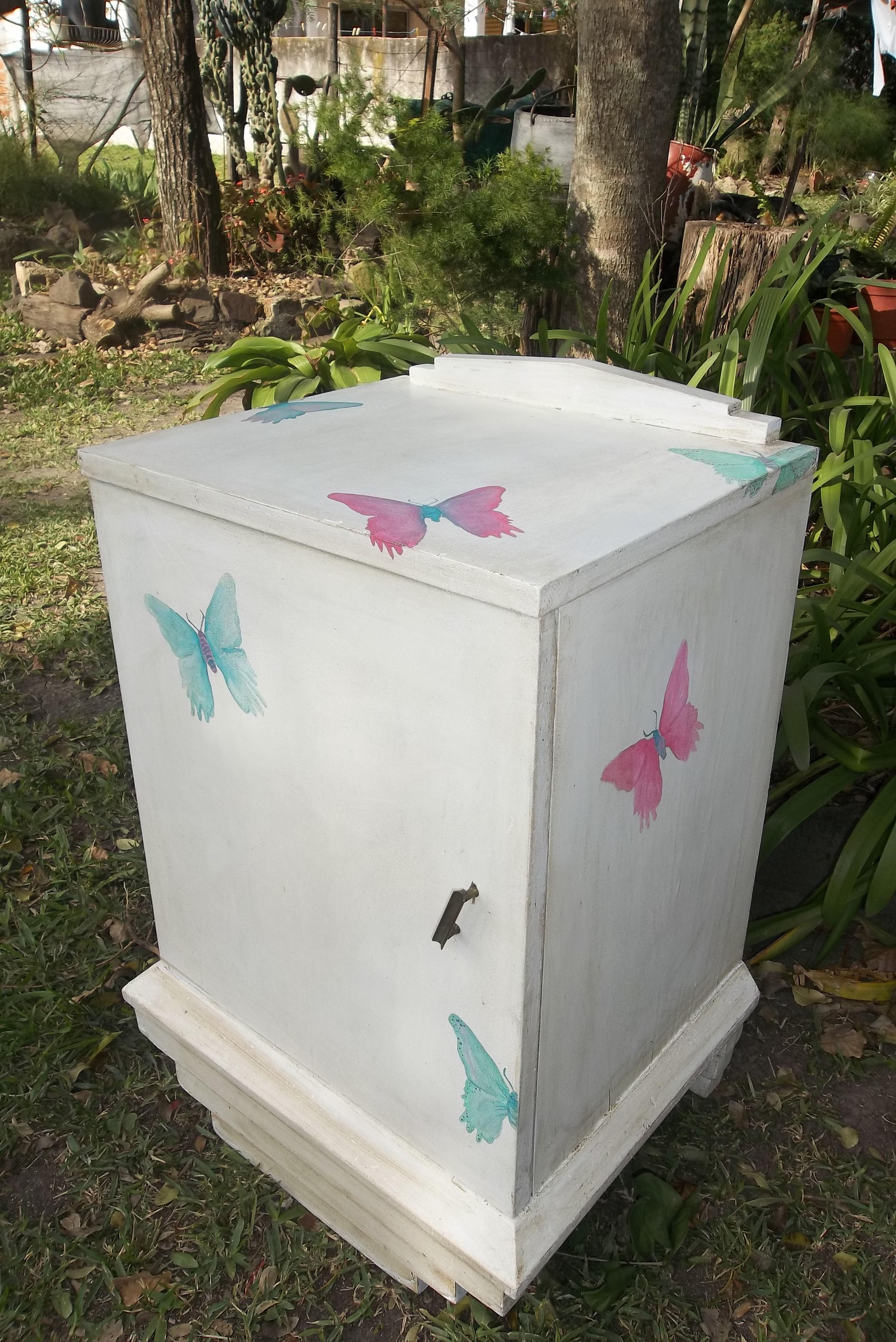 mesa de luz patinada con coloridas mariposas