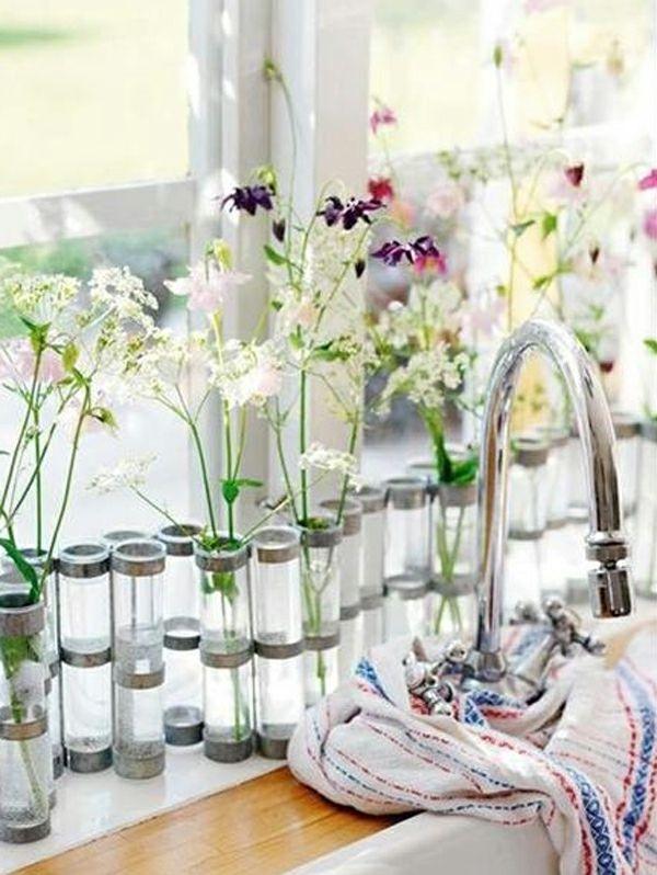 küche mit zärtlicher dekoration am fenster - kleine blümchen in ...