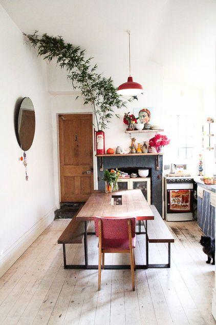 Des bancs à la table attachés pour une cuisine qui respire la