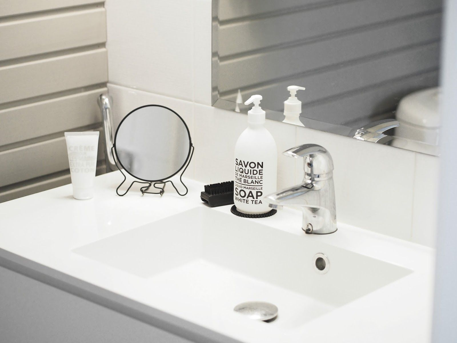 Bathroom with shades of black-white-grey.