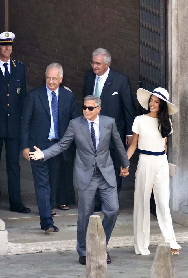 Amal Alamuddin Es La Novia De Blanco Perfecta En Su Boda Civil Con George Clooney Novia Mayor Novios Boda Civil