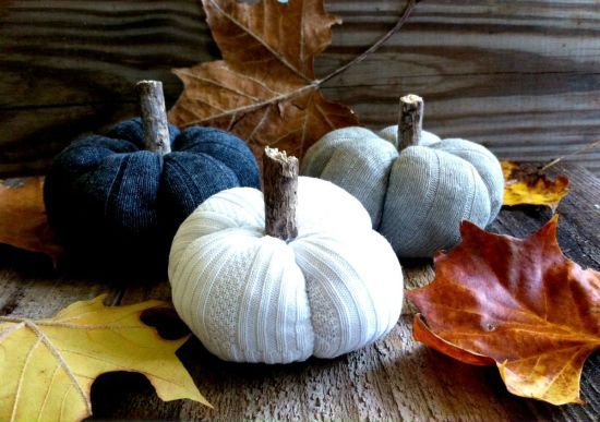 It\u0027s pumpkin season! Create these awesome DIY sweater/sock pumpkins - create halloween decorations