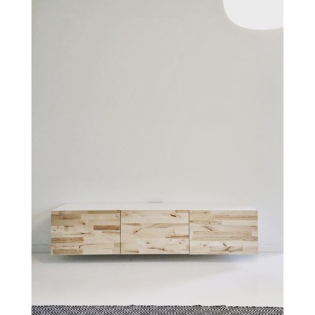 a wall-mounted ikea bestå tv stand with diy natural/uncoated birch, Gestaltungsideen