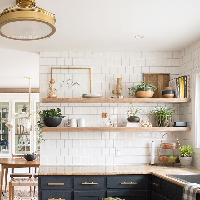 Attirant Gorgeous Modern Farmhouse Kitchen With Navy Cabinets Nad Open Shelves,  Subway Tile And Gold Lighting