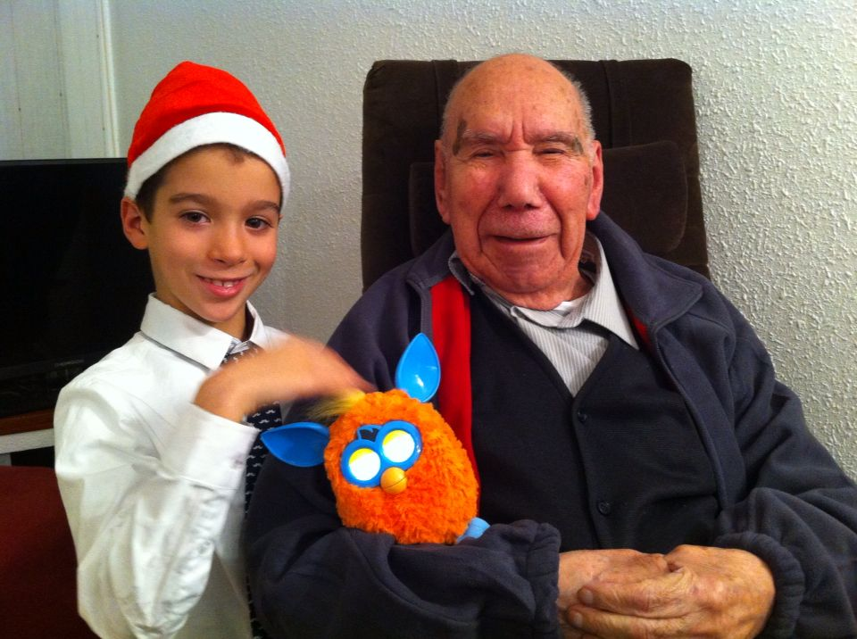"""Juan Luís con su bisnieto Manuel y """"piquito de oro"""" un Furby con personalidad propia!"""