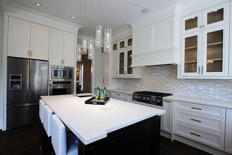 Painted, off white modern kitchen. MDF flat cabinet doors ...