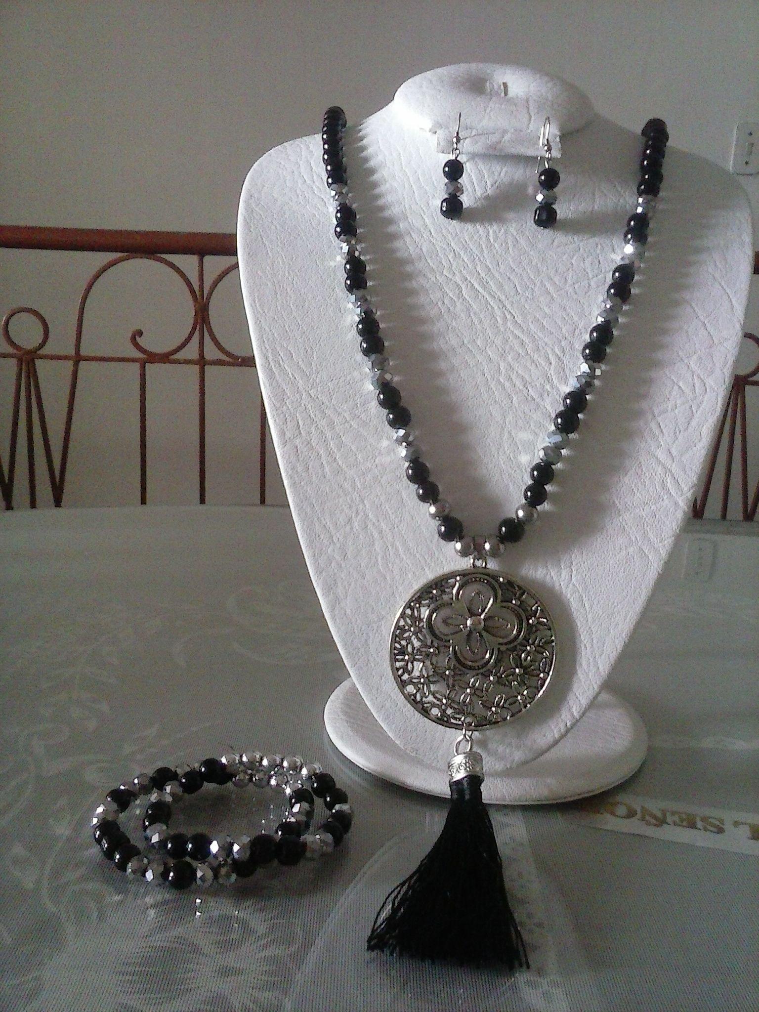 f8fd5d8bdd96 Hermoso collar en perla negra y murano plata de 8mm con dije y borla ...