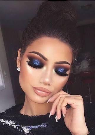Maquillaje de noche con vestido azul marino