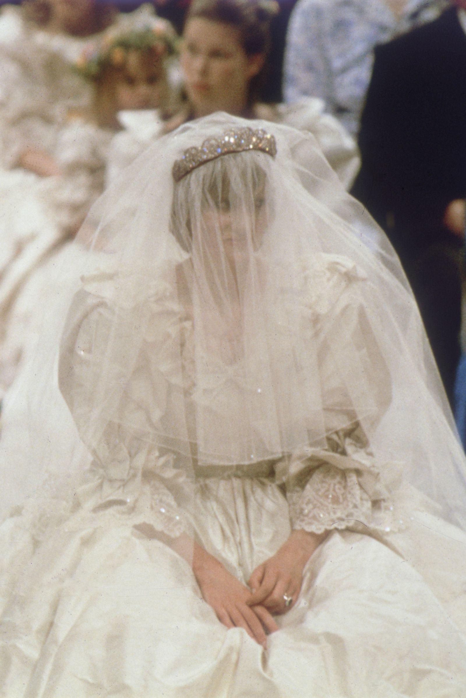 Townandcountrymag Princess Diana Family: Princess Diana Wedding Dress At Reisefeber.org