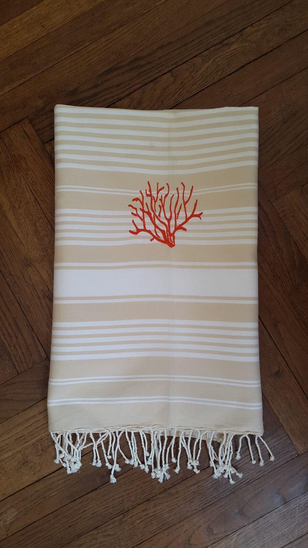 Fouta beige et blanche brodée d'un motif corail orangé : Textiles et tapis par les-creations-d-aude