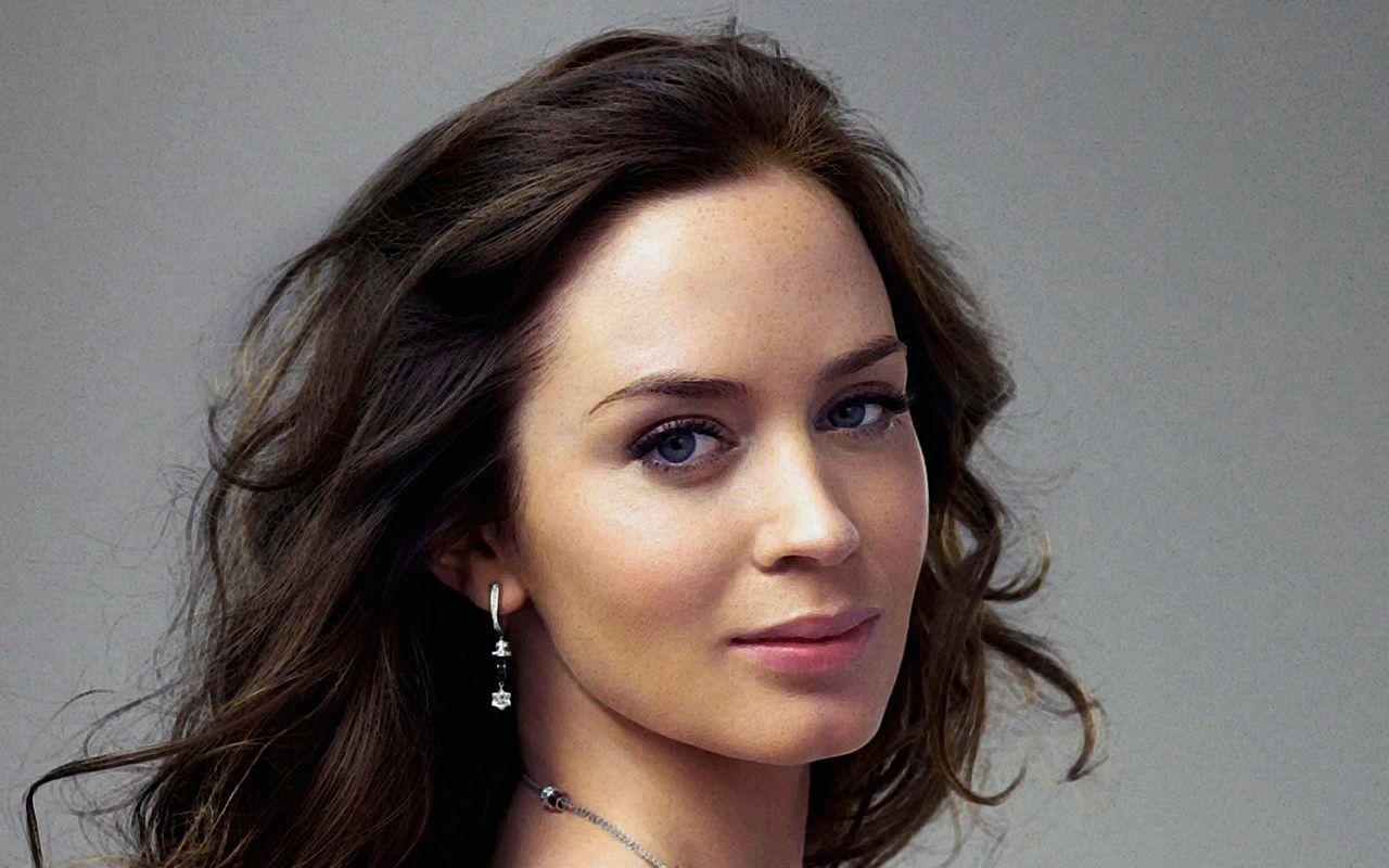 Actress Emily Blunt British American Actress Hd Wallpaper In 2020 Emily Blunt Movies Emily Blunt American Actress