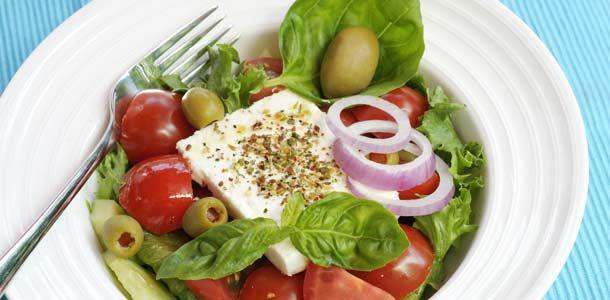 Hellapoliisin kreikkalainen salaatti - katso resepti: http://www.rantapallo.fi/ruoka-juomat-viinit/kreikan-maut-kotikeittiossa-hellapoliisin-resepteilla-onnistut/