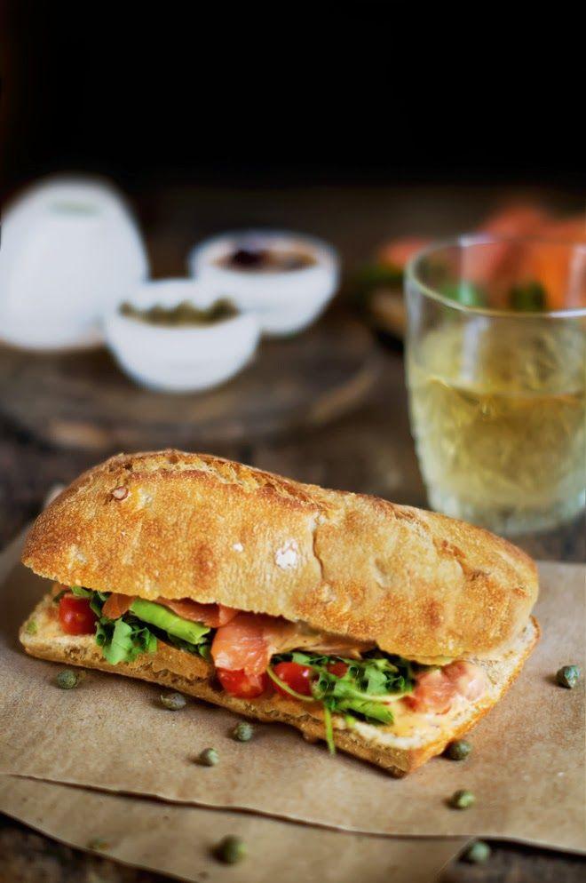 Rústica: Sándwich de Salmón con Aderezo de Yogur al Chipotle & Tomatitos Cereza