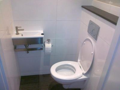 Toilet met witte glans tegel toilet toilet