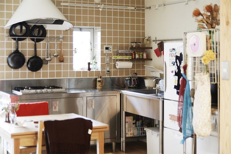 P ステンレス製の業務用作業台に家庭用コンロを入れたキッチン タイル